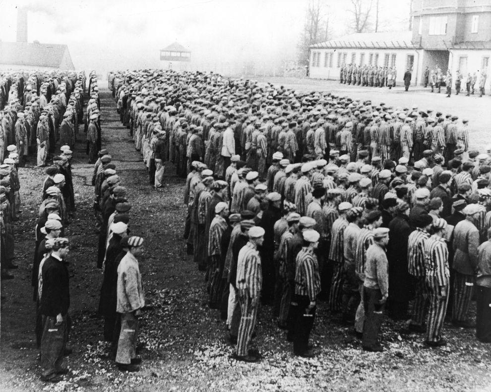 9) Польские военнопленные стоят перед нацистскими офицерами в концлагере Бухенвальд, Германия. Всего во время Второй мировой войны немцы создали около 14 000 концлагерей. (Getty Images/ fotobank.ua / 31 декабря 1942/ Германия)