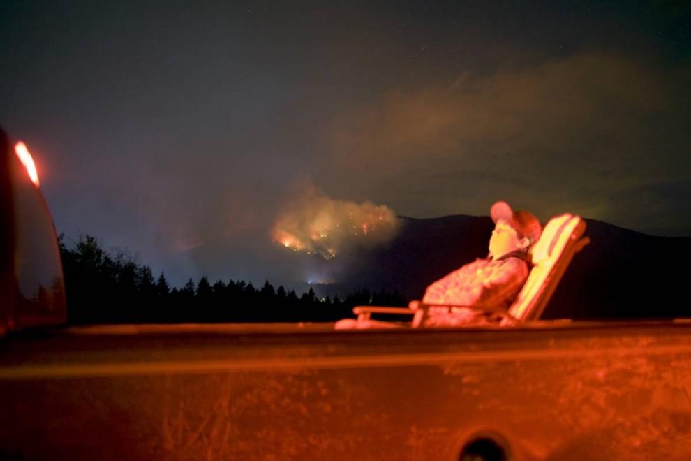 9. Лесные пожары недалеко от Сорренто, Британская Колумбия, стали вечерним развлечением. Группа экспертов ООН, собранная для обсуждения вопросов изменения климата, заявила с «большой уверенность», что такие «проблемы, как лесные пожары и насекомые» усиливаются, и что, скорее всего, они только усугубят положение с засухой и тяжелым урожаем. (Nina Berman/noor / Consequences by NOOR)