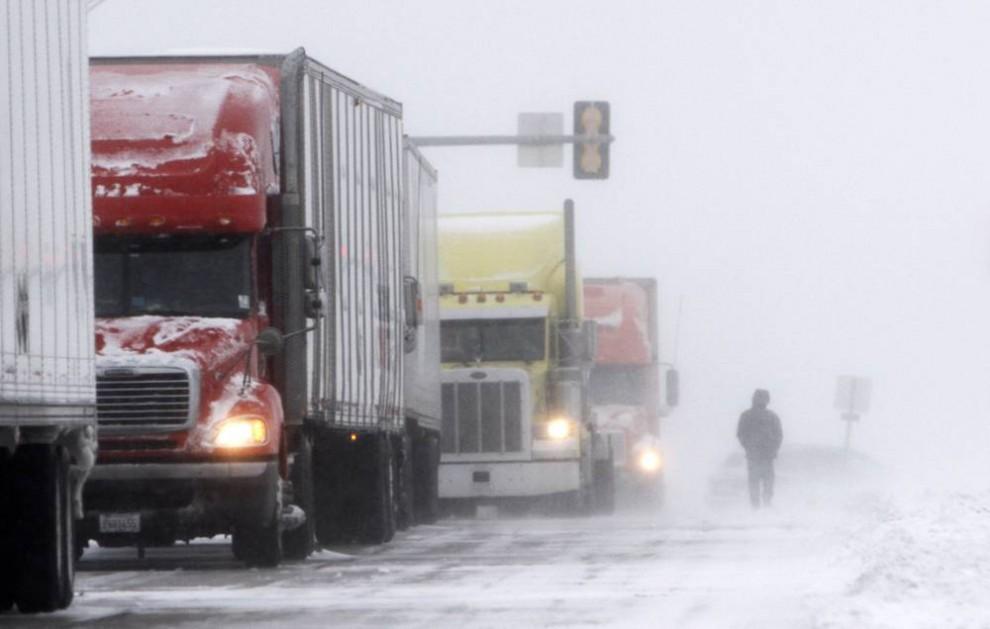6. Грузовики в пробке по пути на стоянку в Де-Мойн, штат Айова. (Charlie Neibergall / AP)