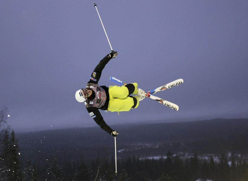 9. Максим Гинграс из Канады прыгает во время утренней тренировки для предстоящего события «FIS фристайл» в Суому, Финляндия. (AP Photo,CFSA, Mike Ridewood via The Canadian Press)