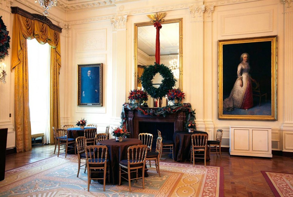 9. Большой венок в Восточной комнате Белого дома в Вашингтоне. В целом, в этом праздничном сезоне Белый дом посетит такое же количество гостей, что и в прошлый год, а вот вечеринок и приемов будет проходить куда меньше. (Alex Wong / Getty Images)
