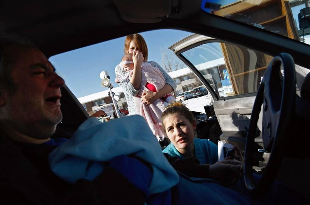 9) Соседи Раси Энгель и Эмили Рэмптон утешают Лессера после того, как он был выселен. (John Moore/Getty Images)