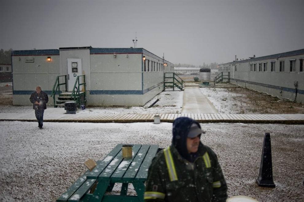 9. Этот рабочий лагерь – один из многих, разбросанных по территории вокруг заводов по переработки нефтеносного песка. Некоторые рабочие живут здесь бесплатно, другим приходится платить. Кормят здесь три раза в день, есть комната отдыха, а у каждого рабочего – своя отдельная комната. «Многие жители в Форт МакМюррей боялись, что у меня получится очередная негативная история о нефтяной индустрии, которая плохо отразится на их городе, - говорит фотограф Джон Ловенштайн. – Я изо всех сил старался передать всю историю и связать факты в единое целое. Да, влияние на окружающую среду процесс переработки оказывает негативное, и все же все мы замешаны в этом. Я заправляю автомобиль несколько раз в неделю, по меньшей мере, 56 литрами бензина. Я тоже часть этой истории и пытаюсь передать это». (Jon Lowenstein/Consequences by NOOR)