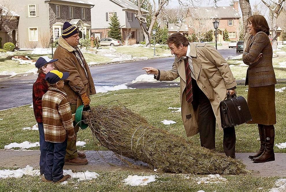 9. В фильме 2004 года «Рождество с неудачниками» Тим Ален (второй справа) играет Лютера Крэнка – человека, который решает не праздновать Рождество, а вместо этого уехать в отпуск со своей женой Норой (Джеми ли Кертис). Однако ему все равно приходится планировать Рождество, когда его дочь в последнюю минуту решает приехать домой на праздник. (Columbia Pictures)