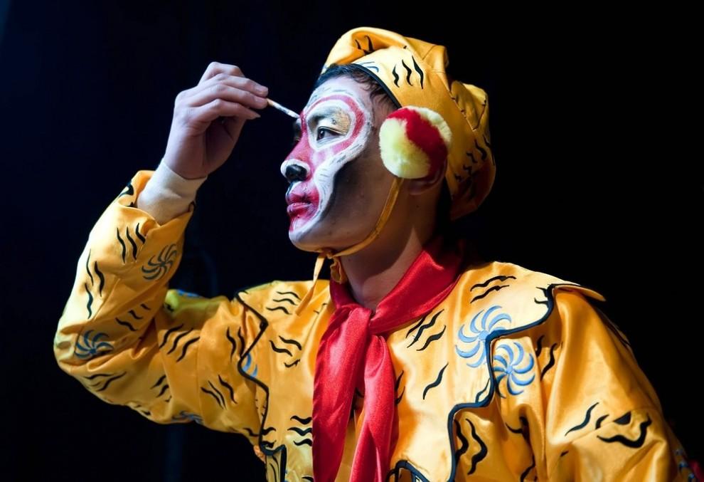 7) Ю Ян Фей из Китайского государственного цирка гримируется перед выступлением во время которого он изображает Короля Обезьян. (Marco Secchi/Getty Images)