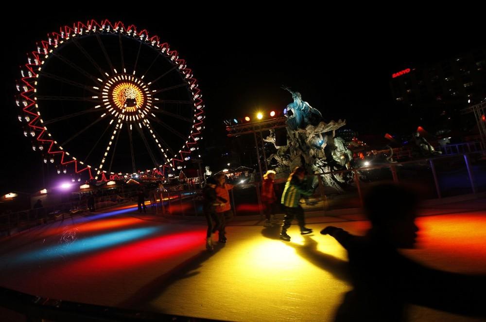 9) Люди катаются на коньках на рождественском рынке в Берлине 25 ноября 2009 года. (REUTERS/Ahmad Masood)
