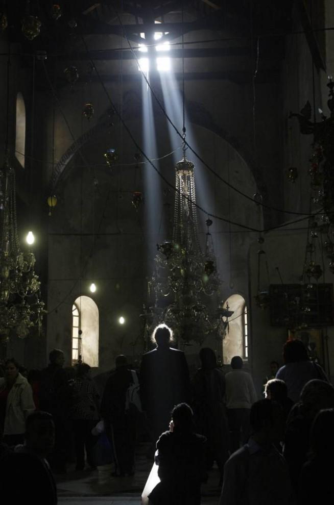 9. Верующие пришли в Рождественский собор – место, считающееся местом рождения Иисуса Христа – в Вифлееме, на западном берегу реки Иордан. (Mohamad Torokman/Reuters)