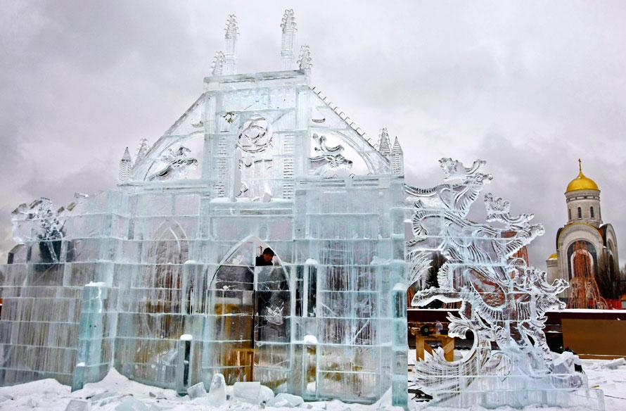 9. Скульпторы делают фигуру изо льда в преддверии Нового года и Рождества на Поклонной горе в Москве. (AP Photo/Misha Japaridze)
