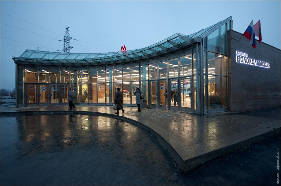 """9) В честь запуска новых станций, метрополитен выпустил два типа новых билетов. На них изображены вестибюли станций """"Волоколамская"""" и """"Митино"""". На снимке - наземный вестибюль."""