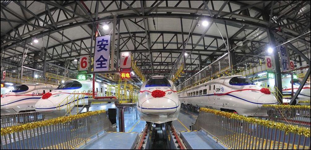9) © AP Photo/Xinhua, Cheng Min // Депо в Ухане и одни из самых быстрых поездов в мире.
