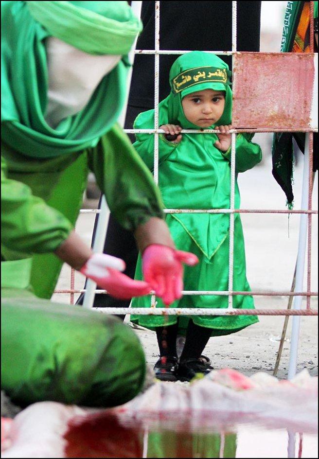 9) © Hasan Jamali, AP / / Dua-Tahun Vadieha Syed menonton dera.
