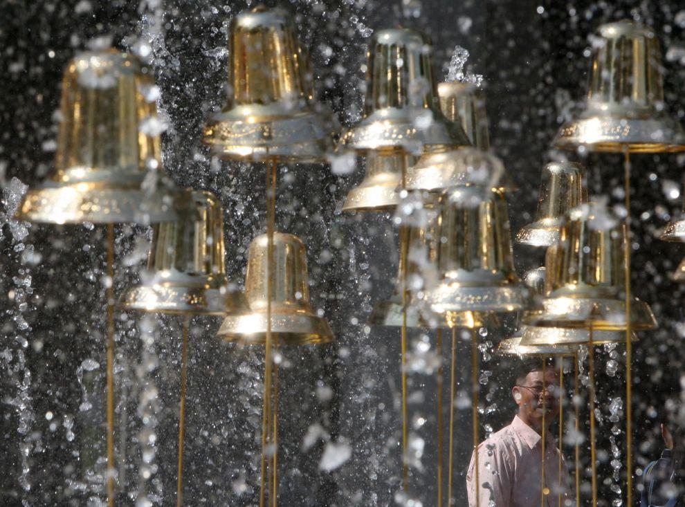 9) Рождественская декорация в шоппинг-моле. (EPA / 23 ноября 2009/ Таиланд)