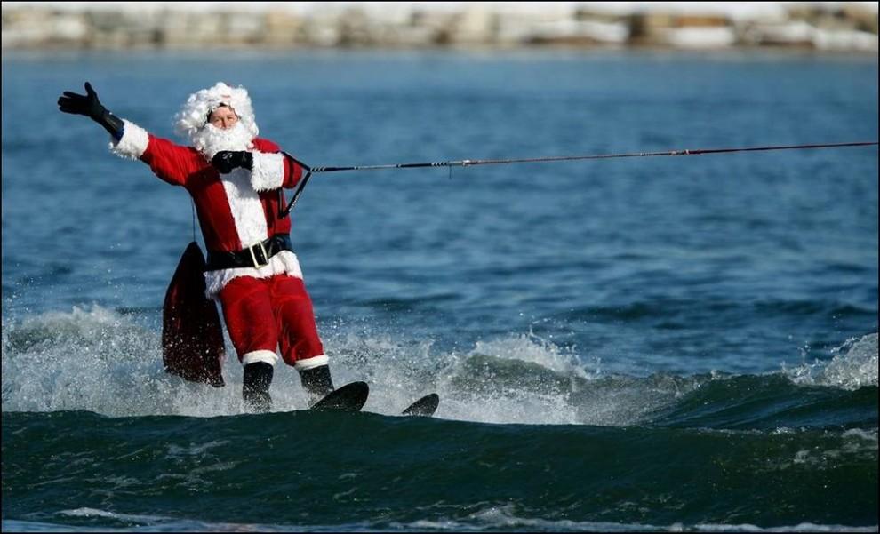 13) Санта Клаус на водных лыжах едет по реке Потомак в Нешвилле. (Chip Somodevilla/Getty Images)