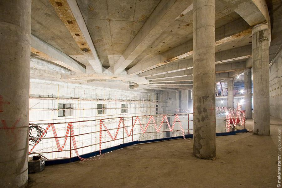 9) Сейчас работы по выемке грунта уже закончены и театр стоит, опираясь на эти бетонные столбы с металлическими стержнями