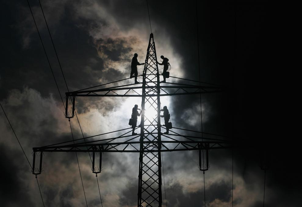 10) Работники красят высоковольтную опору. Правительство Германии хочет сократит стоимость электроэнергии за счет инвестирования в солнечное оборудование. (Alexandra Beier/Getty Images News/ fotobank.ua / 27 октября 2009/ Германия)
