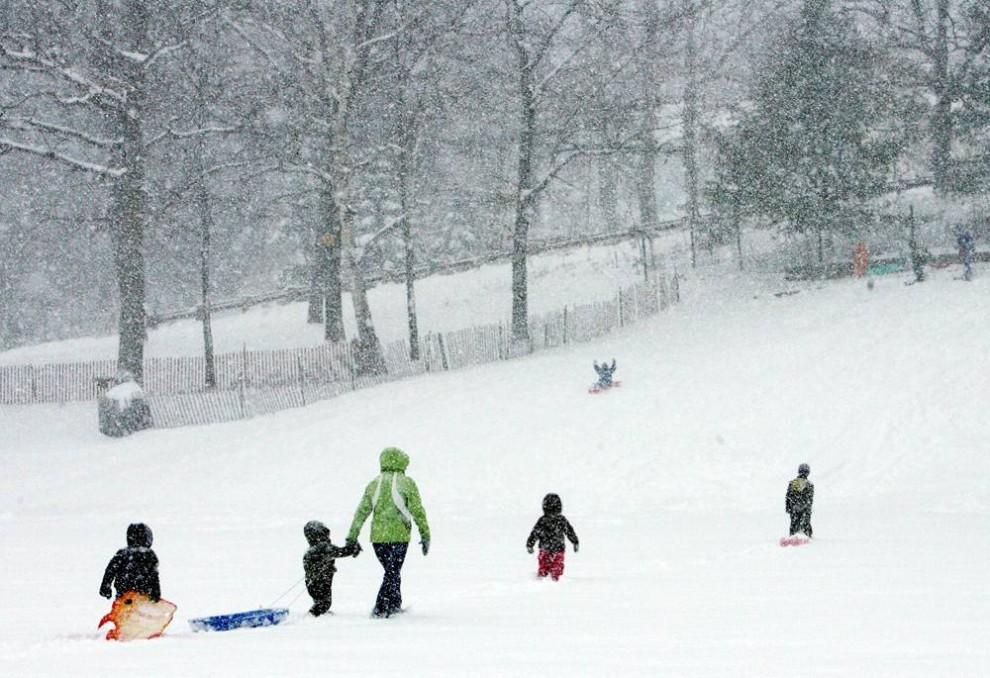 7. Дети идут на горку, чтобы съехать с нее, во время снегопада, который прошелся по США и дошел до Новой Англии в Конкорде, Нью-Хэмпшир. (Jim Cole / AP)