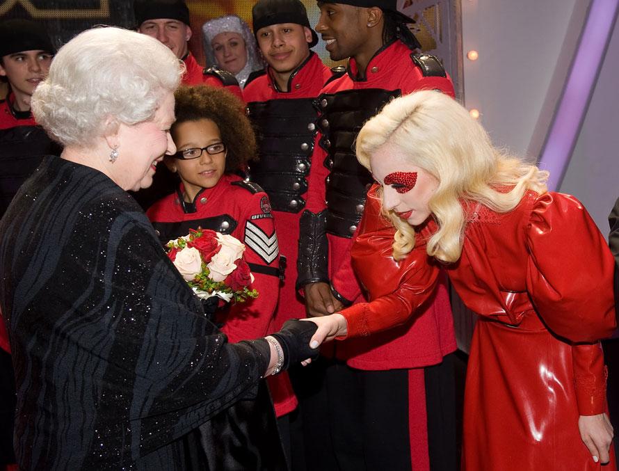 10. Королева Елизавета вторая встретилась с певицей Леди Гага после шоу «Royal Variety Performance» в Блэкпуле, Англия. (Photo by Leon Neal /Getty Images)