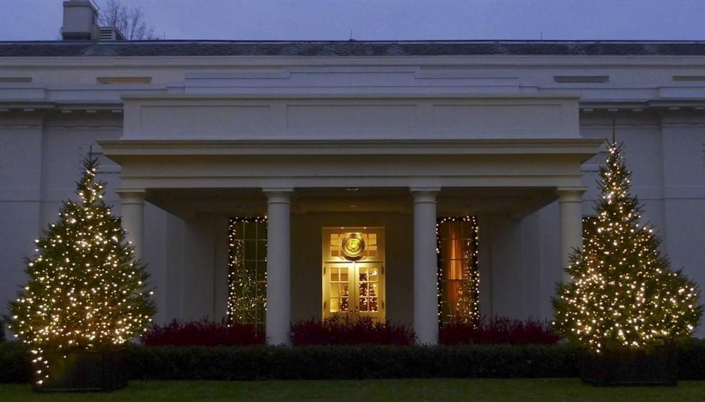 10. Вход в Западное крыло Белого дома обрамляют рождественские елки и гирлянды. Традицию устанавливать тему декораций для Белого дома в Рождество начала Жаклин Кеннеди в 1961 году, выбрав «Щелкунчика». (J. Scott Applewhite / AP)
