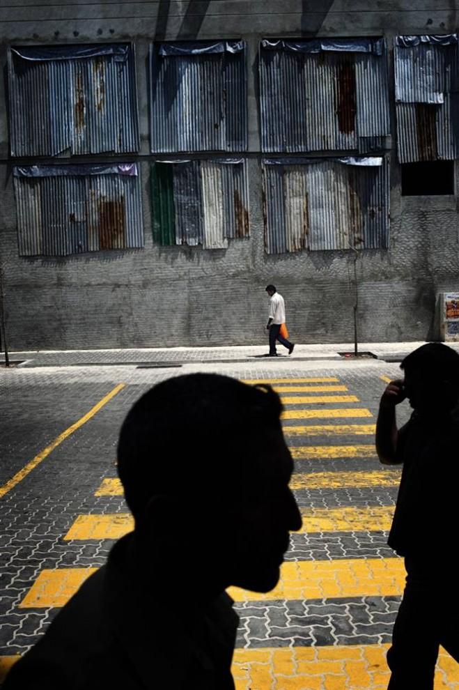 9. Жителей Мале вряд ли можно назвать символом «зеленой» жизни. Помимо сжигания топлива для выработки электричества и отправки мусора на другой остров, столица Мальдив выкачивает необработанные сточные воды прямо в море. (Francesco Zizola/Consequences by NOOR)