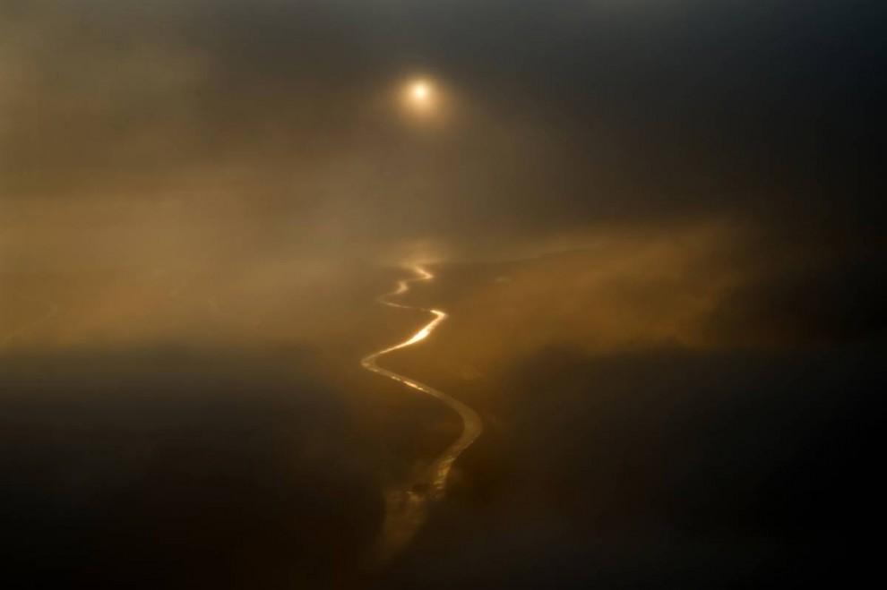 10. Отложения в озере Атабаске – крупнейшие залежи природного битума в мире и один из трех крупнейших залежей нефтеносных песков в Альберте (первые два – река Пис и озеро Колд). Озеро Атабаска – единственный крупный водоем в мире, который подходит для крупных открытых разработок, хотя большую часть нефти здесь можно добыть только с помощью недавно разработанной технологии. (Jon Lowenstein/Consequences by NOOR)