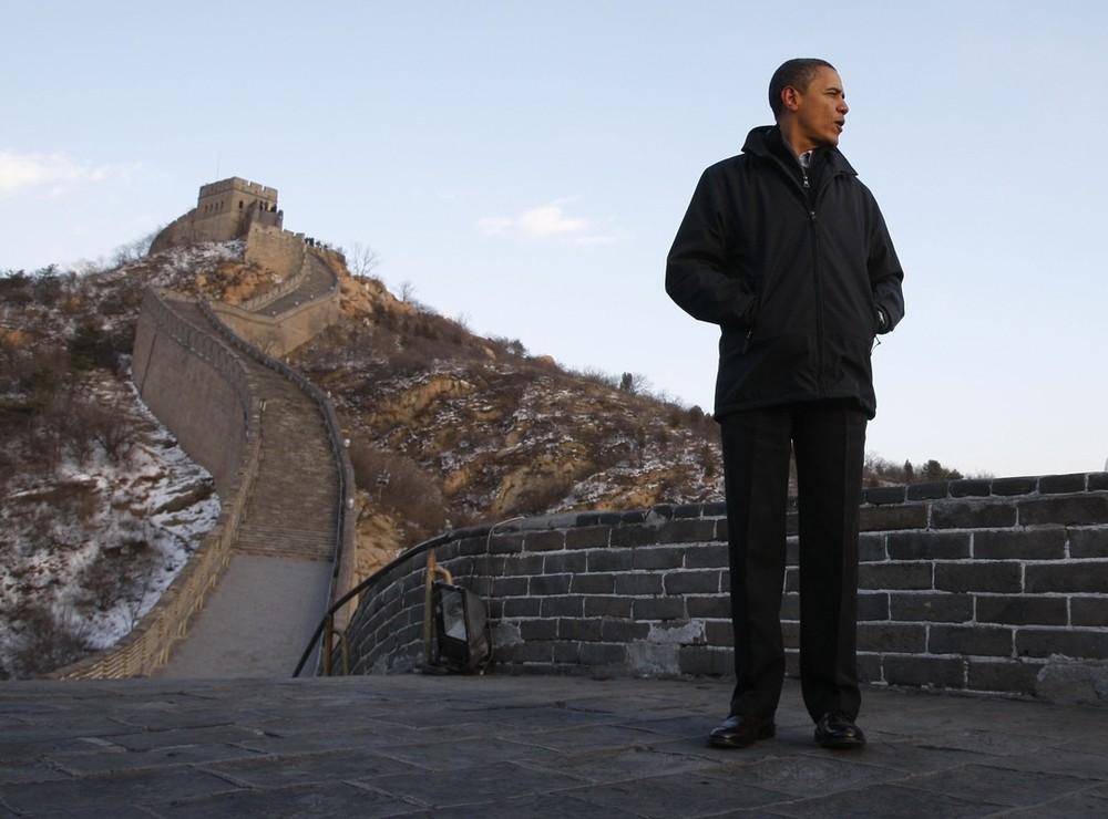 10) Президент США Барак Обама идет по Великой Китайской стене в Бадалине 18 ноября 2009 года.