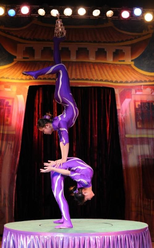 6) Китайские акробаты являются непревзойдёнными в искусстве владения своим телом. (REUTERS/Toby Melville)