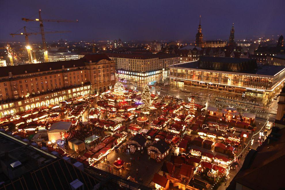 10) Вид на площадь, где открылась рождественская ярмарка. (EPA / 1 декабря 2009/ Германия, Дрезден)