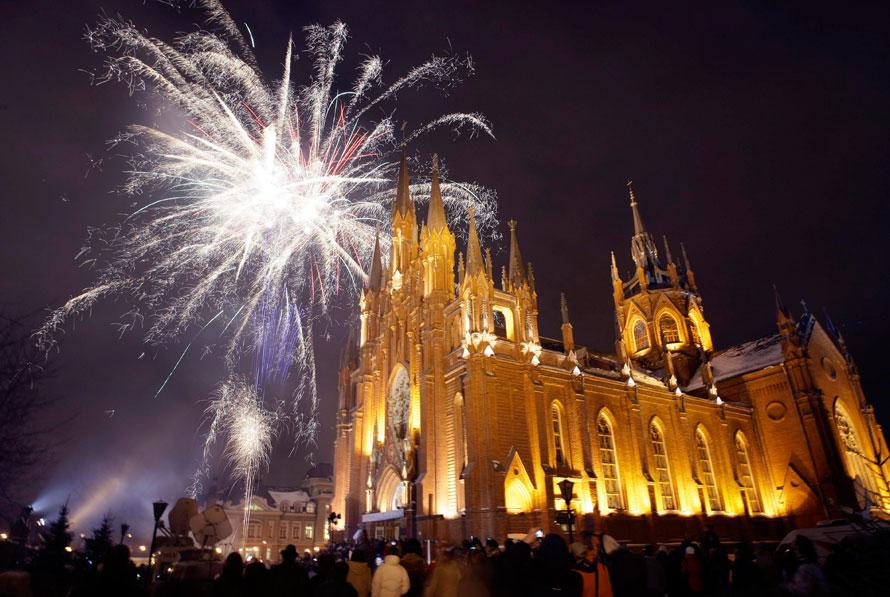 10. Люди празднуют канун Рождества перед Московским католическим собором. (AP Photo/Misha Japaridze)