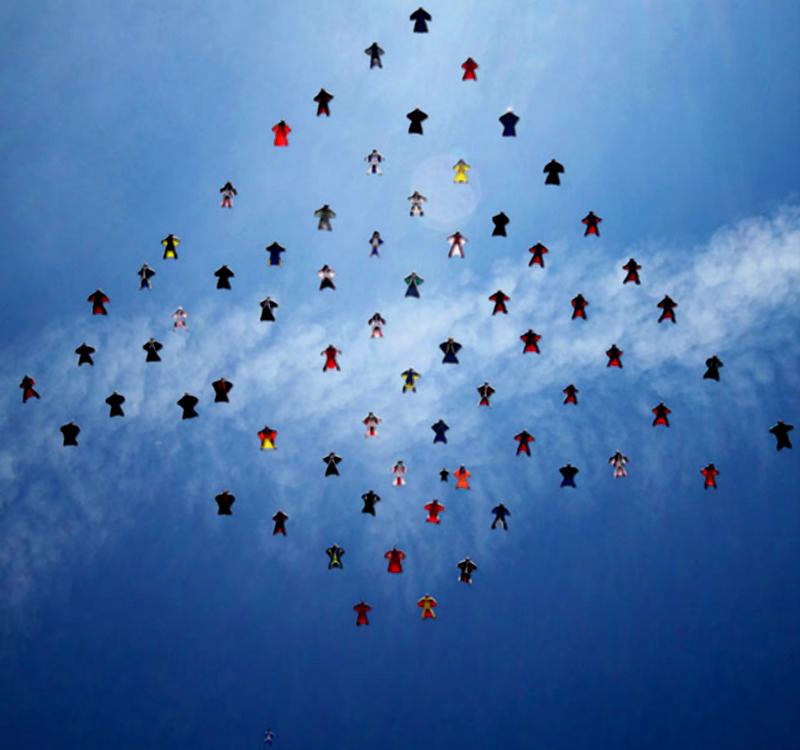 1) Команда из 70 парашютистов совершила массовый прыжок в крылатых костюмах на озере Эльсинор в Калифорнии в попытке установить новый мировой рекорд по числу участников исполняющих эту сложную фигуру. (SWNS)