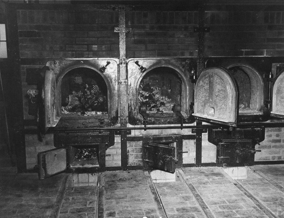 11) Кости женщин в крематории концлагеря. (National Archives/Getty Images News/ fotobank.ua / 14 апреля 1945 / Германия)
