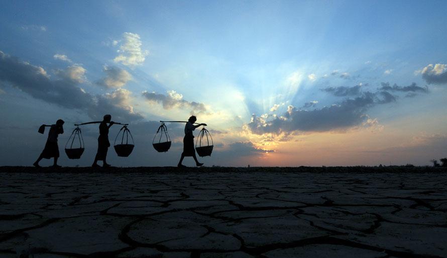 11. Местные производители соли идут по соленосной площади недалеко от поселка Он-чаунг в западной части Аеярвади Дельта в Мьянме примерно в 321 км к юго-западу от Янгона. После сезона дождей производители соли готовятся к плодотворной работе по добыче соли из морской воды. (AP Photo/Khin Maung Win)