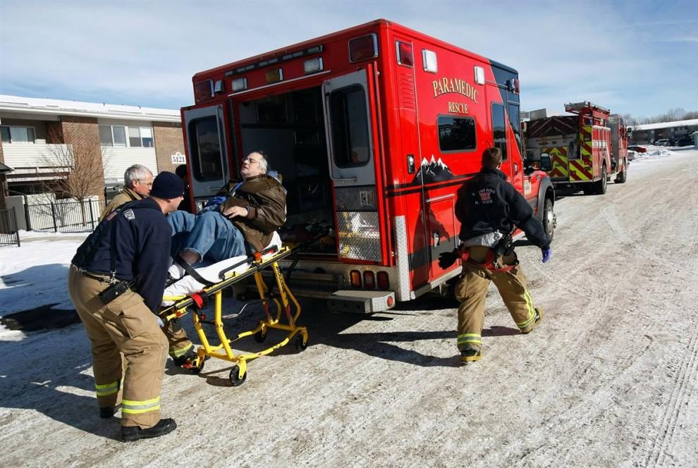 11) Лессера загружают в машину скорой помощи вскоре после его выселения. На место происшествия вызвали скорую после того, как Лессер признался, что накануне принял более 25 таблеток обезболивающего Vicodin. (John Moore/Getty Images)