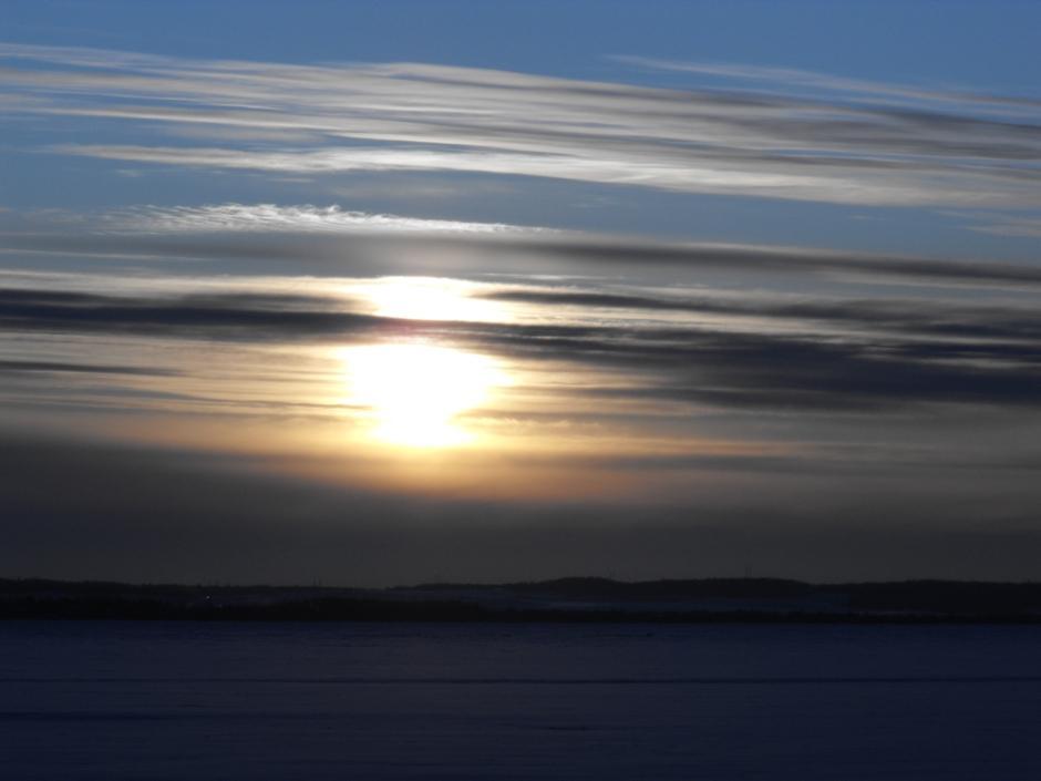 11. Полуденное небо над Вабамуном, Альберта, 13 декабря 2009 года.