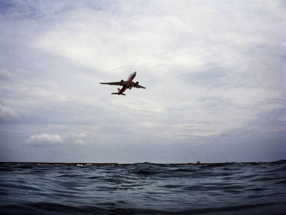 10. На Мальдивах есть международный аэропорт на острове Хулхуле. Его взлетно-посадочная полоса всего в одном метре от уровня моря. Во время прилива это расстояние сокращается до всего лишь 50 см. (Francesco Zizola/Consequences by NOOR)
