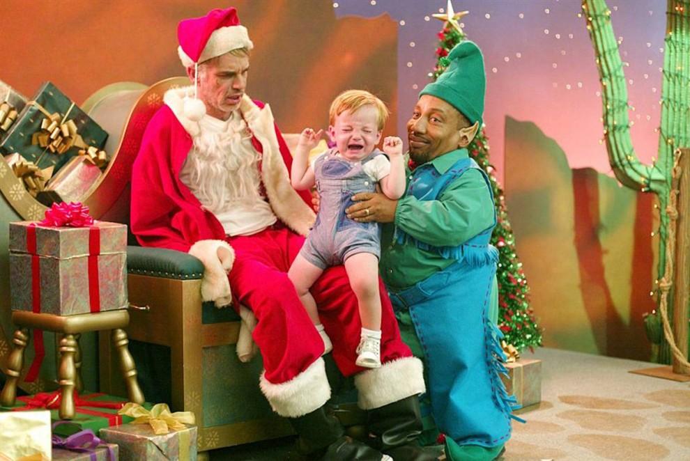 11. Может ли мошенник измениться? В фильме 2003 года «Плохой Санта» Билли Боб Торнтон переодевается в Санта Клауса в торговом центре, планируя провернуть там кражу. Однако простой 8-летний мальчик все усложняет, постепенно раскрывая ему и его эльфу-сообщнику (Тони Кокс) истинный смысл Рождества. (Dimension Films)