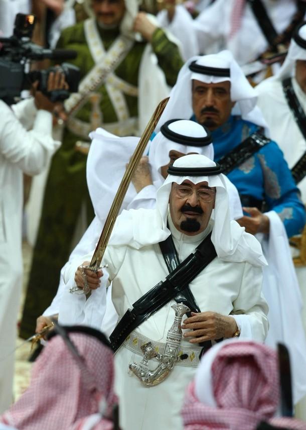 11. Абдулла Саудовской Аравии (в центре) принимает участие в представлении с участием Саудовских принцев на 24-ом фестивале культуры и наследия на окраине Эр-Рияда 10 марта 2009 года. (REUTERS/Fahad Shadeed)