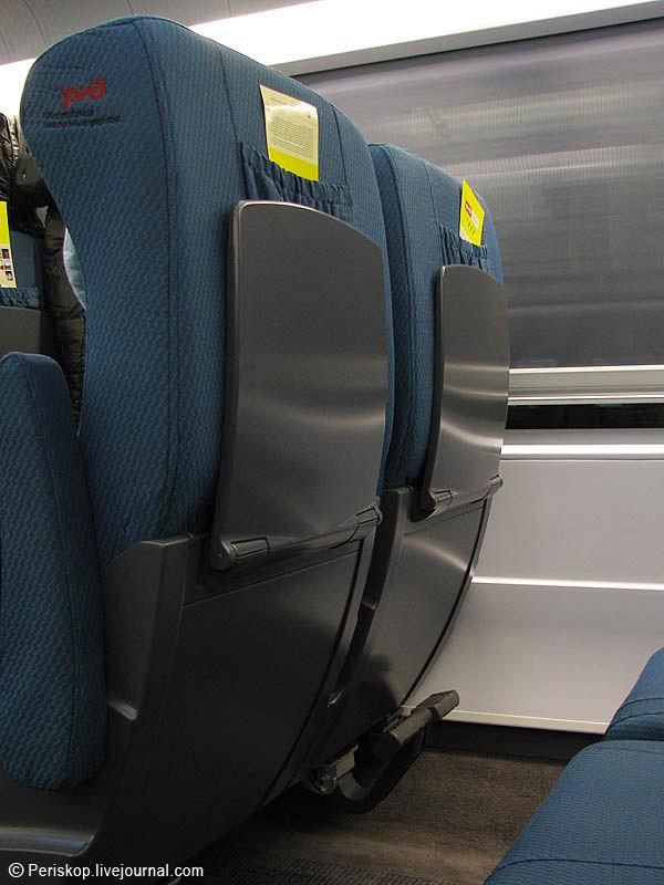 """11) В австрийском Rail Jet, скажем, внизу сделан большой удобный """"карман"""", куда можно засунуть газеты, книги, небольшую ёмкость с водой-соком, какую-нибудь плоскую вещь. Тут этого, увы, нет - девственно плоская поверхность. Карман же находится наверху, и он маленький. Это намного менее удобно!"""