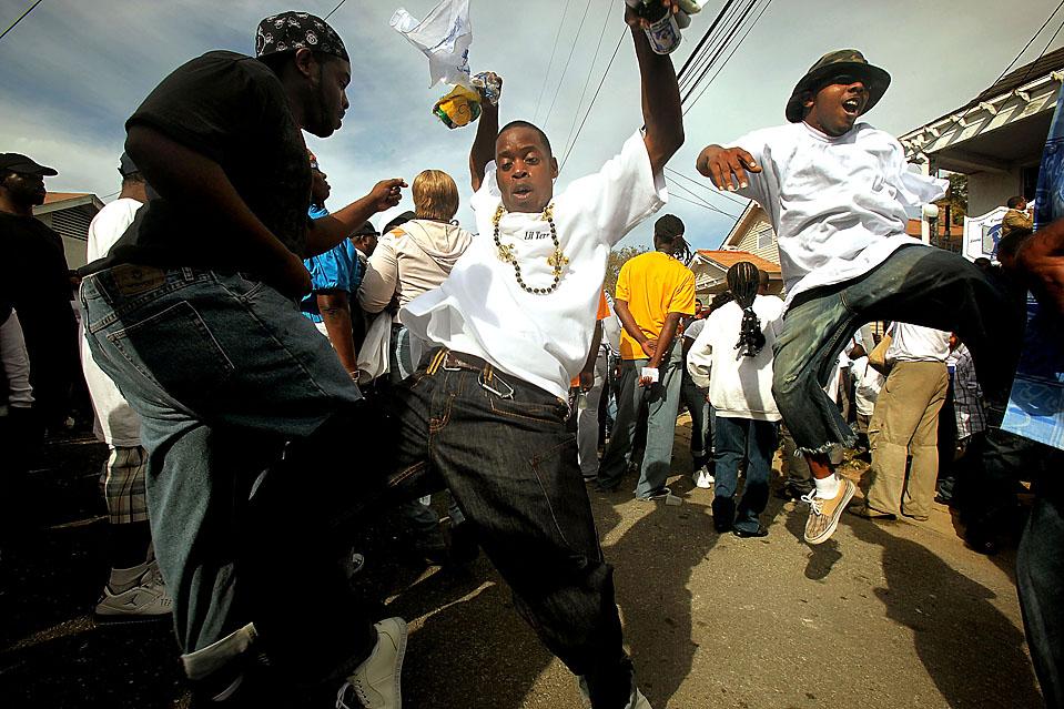 3) Участники парада «Вторая линия» в Новом Орлеане. Традиция проводить подобные парады возникла с тех времен, когда афро-американцы стали образовывать духовые оркестры и братские группы, чтобы играть джаз на похоронах. (Mario Tama/Getty Images)