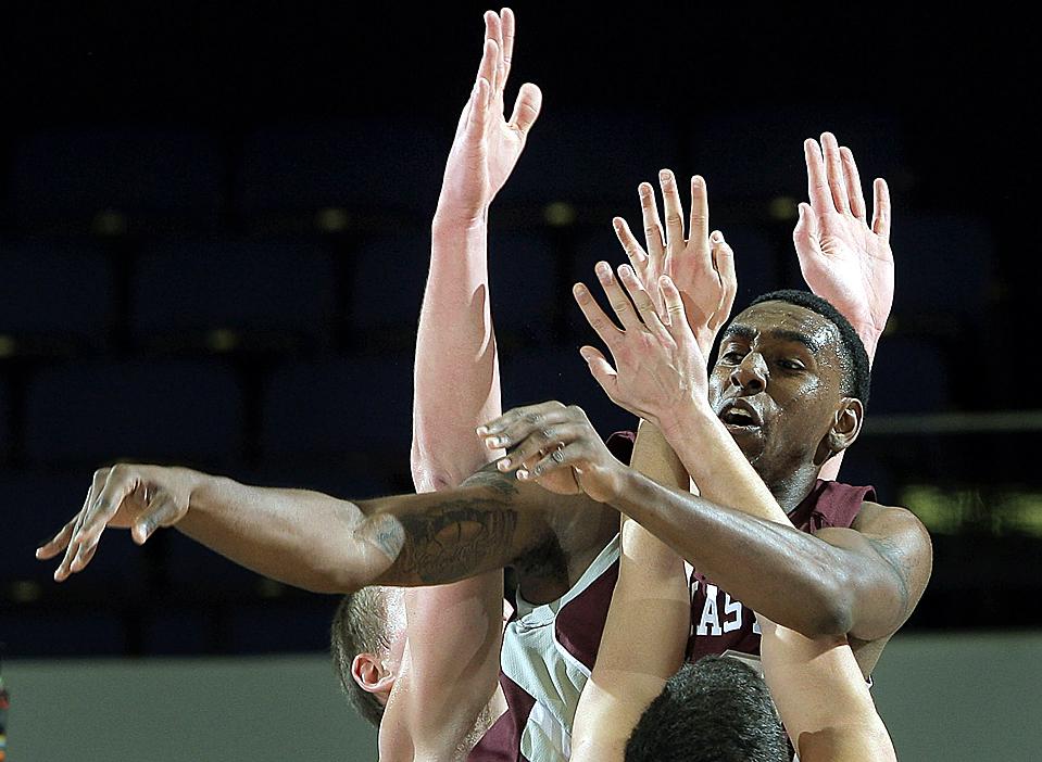 6) Дэвид Лубо из команды «Texas A & M University's» во время игры против Миннесоты в Анахайме, Калифорния. (Jae C. Hong/Associated Press)