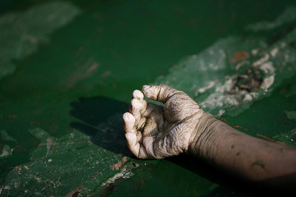 8) Тело ребенка, найденное среди прочих погибших в районе Бхола, Бангладеш. Число погибших в инциденте, во время которого перевернулся паром, в понедельник возросло до 77 человек. Местная телевизионная станция утверждает, что на борту могло быть более чем 1500 пассажиров. (Andrew Biraj/Reuters)