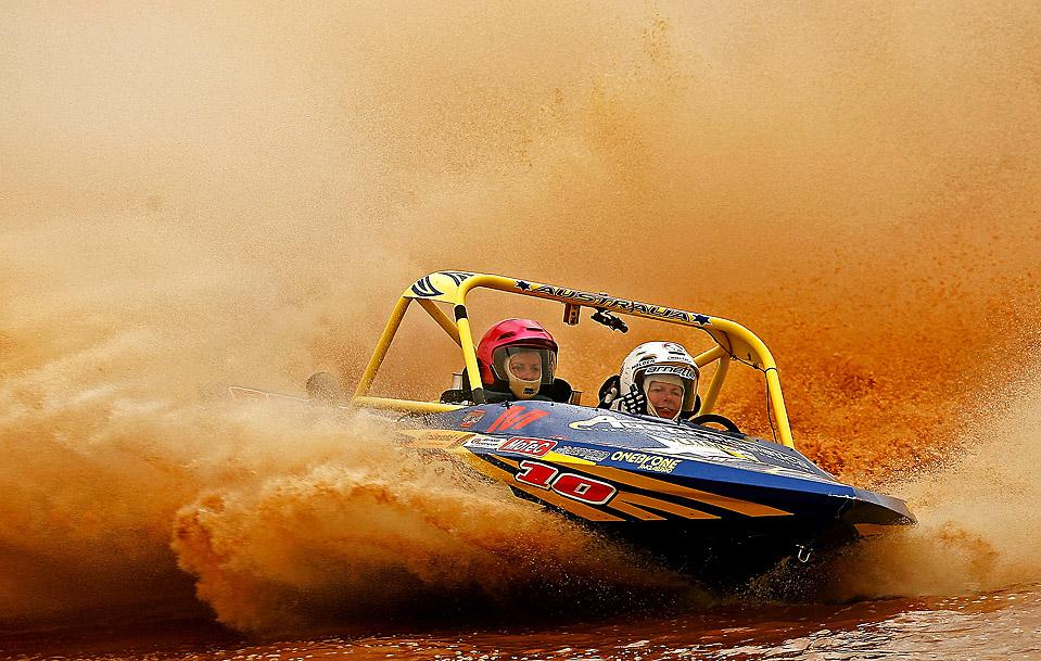 9) Луиза Диксон и Кэси Лэк в своей лодке под названием «True Blue» во время соревнований чемпионата мира по джетспринту в Мельбурне, Австралия. (Quinn Rooney/Getty Images)