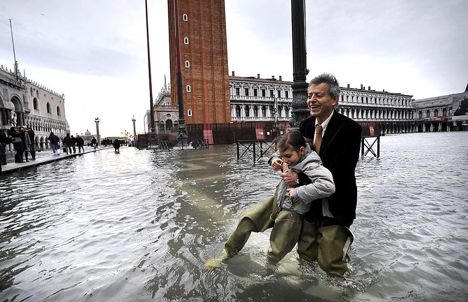 16) Люди играют в Венеции на затопленной площади. (Michele Crosera/Reuters)