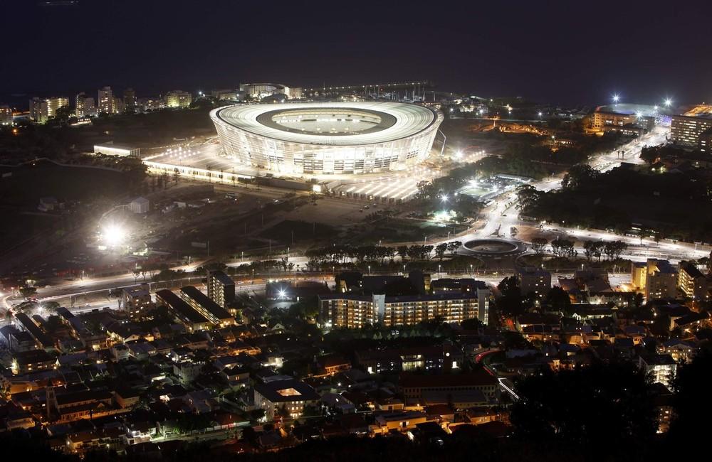 11) Стадион «Green Point» в Кейптауне подсвечивается во время проверки освещения 27 октября 2009 года в преддверии Чемпионата мира по футболу 2010. (REUTERS/Mike Hutchings)