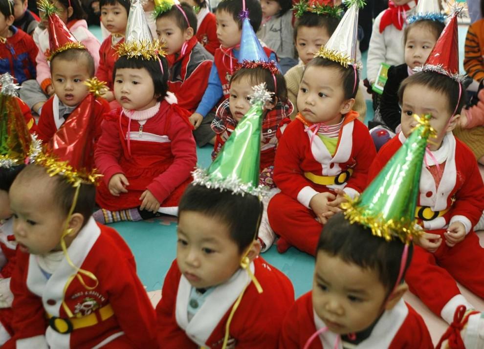11. Дети в костюмах Санта Клауса ждут начала утренника в детском саду во вьетнамском городе Ханой. (Kham/Reuters)
