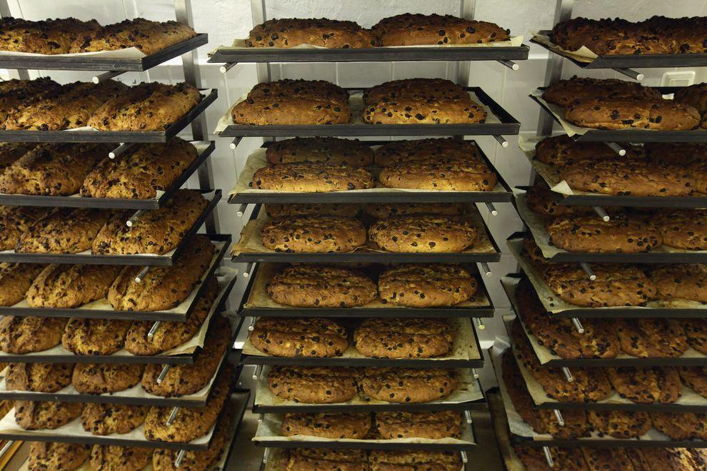 11) Специальный рождественский хлеб. Известный пекарь Рюдигер Зопп рассказал, что к Рождеству он выпекает 6-7 тонн этого хлеба. Свой рецепт он держит в строгом секрете даже он собственных работников. (EPA / 1 декабря 2009/ Германия, Дрезден)