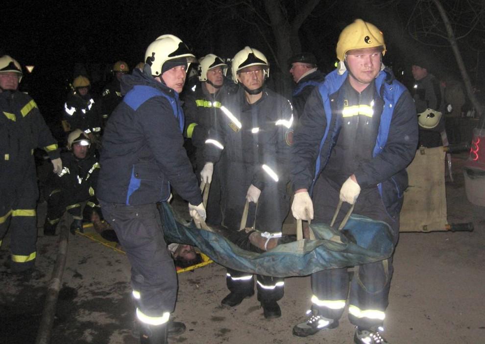 11. Спасатели уносят жертв пожара с места трагедии. (Perm Regional Headquarters via Reuters)