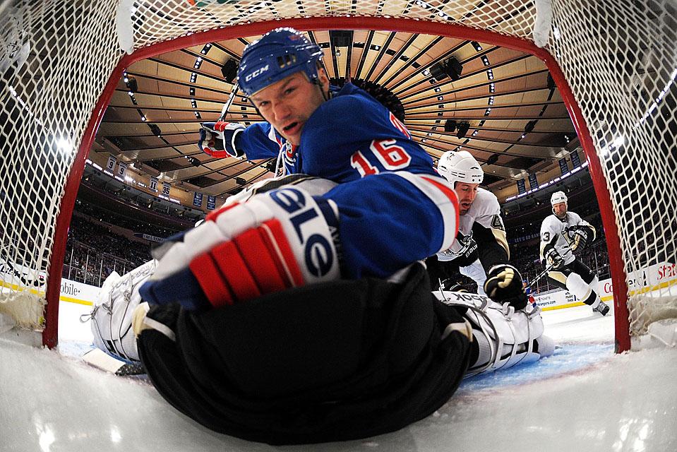 1) Хоккеист из команды «New York Rangers» Шон Эвери (16) столкнулся с вратарем Марком-Андре Флери из «Pittsburgh Penguins» во время игры на Мэдисон Сквер Гарден в Нью-Йорке. Пингвины победили со счетом 5-2. (Bruce Bennett/Getty Images)