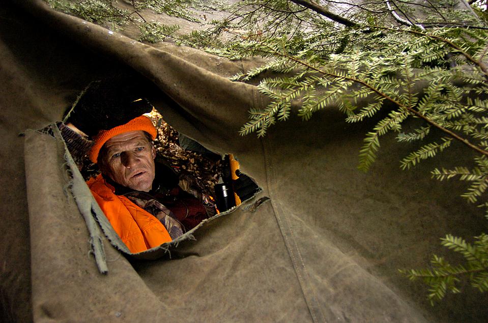 2) Джим Шанк выглядывает из своей засады во время охоты на оленя в поселке Поттер, штат Пенсильвания. (Nabil K. Mark/Centre Daily Times via Associated Press)