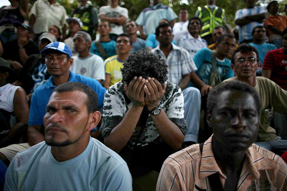 5) Золотодобытчик в отчаянии прячет лицо во время встречи с правительственными чиновниками в Пуэрто Инирида, Колумбия. Военные из Национальной гвардии Венесуэлы изгнали старателей, которые нелегально работали на границе Венесуэлы. (William Fernando Martinez/Associated Press)