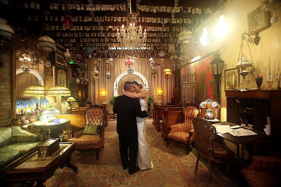 7) Лейтенант армии США Роберт Бехарано и его невеста, Дженнифер Линн Рудер, целуются после церемонии бракосочетания в часовне Французского квартала в Новом Орлеане. В часовне можно пожениться 24 часа в сутки. (Mario Tama/Getty Images)